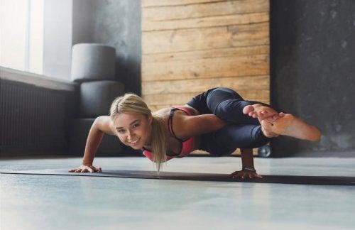 Postura en ocho yoga practicando yoga