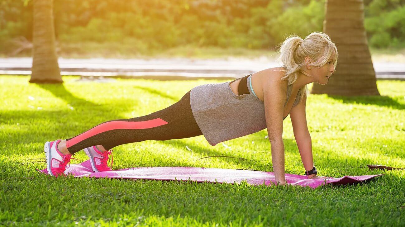 Postura tabla yoga representando poses de yoga más fáciles