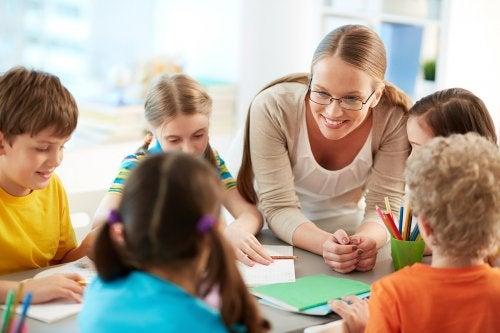 Favorecer el trabajo práctico y no solo el teórico ayuda a evitar el síndrome del profesor quemado.