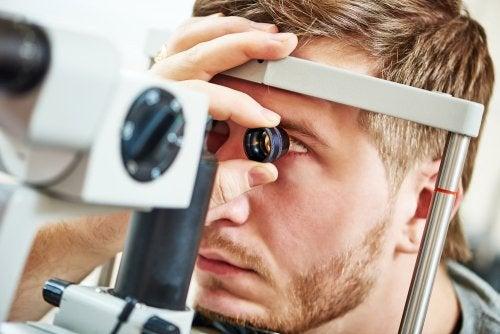 Paciente en revisión ocular