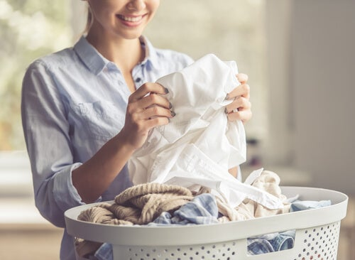 It is possible to remove oil stains on clothes.
