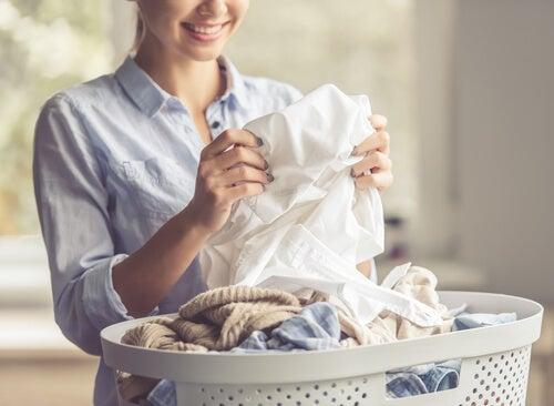 Es posible eliminar las manchas de aceite en la ropa.