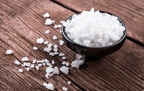 La sal gruesa puede eliminar las manchas de aceite.