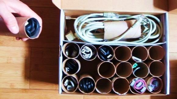 Organizador para cables hecho con tubos de cartón