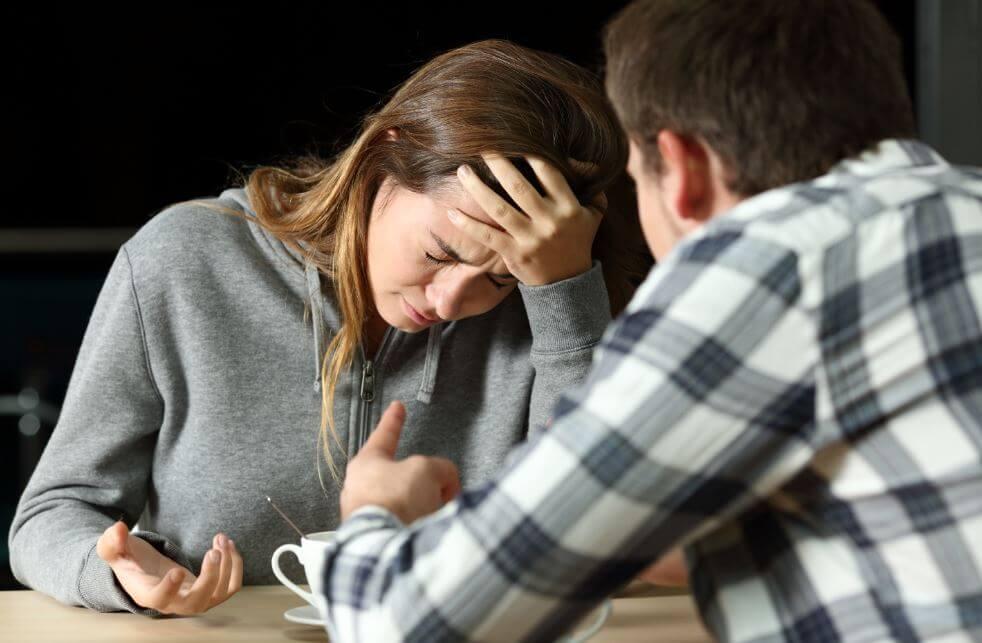 Me ha puesto cuernos con mi mejor amiga: ¿cómo debo actuar?