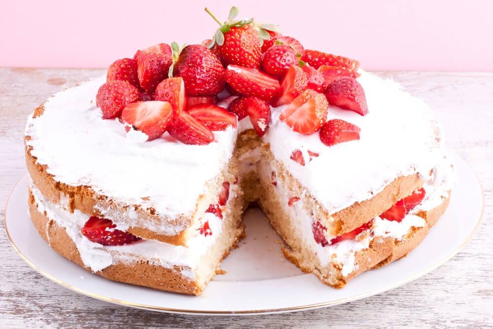 Tarta de fresas con nata.