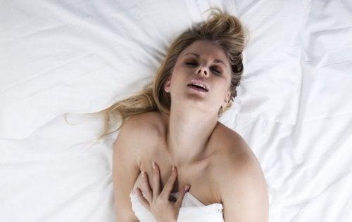 Mujer experimentando un orgasmo