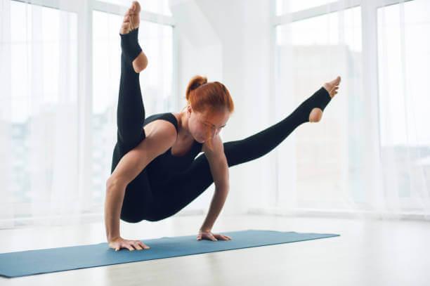 Postura yoga. Practicar yoga