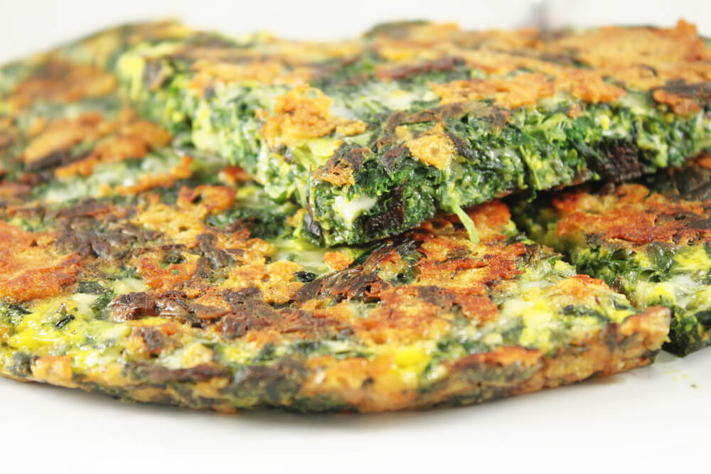 Alimentos para mejorar la memoria: tortilla con vegetales verdes.