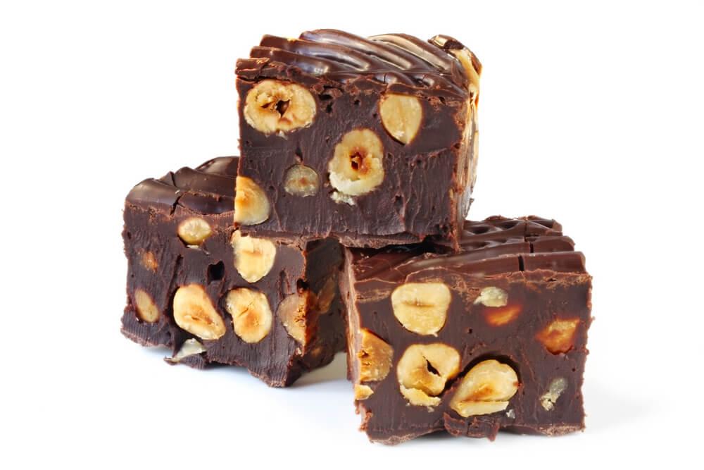 Turrón de chocolate con frutos secos.