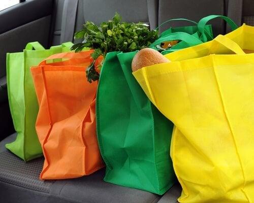 Lleva tu propia bolsa de tela para ir de compras ayuda a reducir el uso de plástico en tu hogar