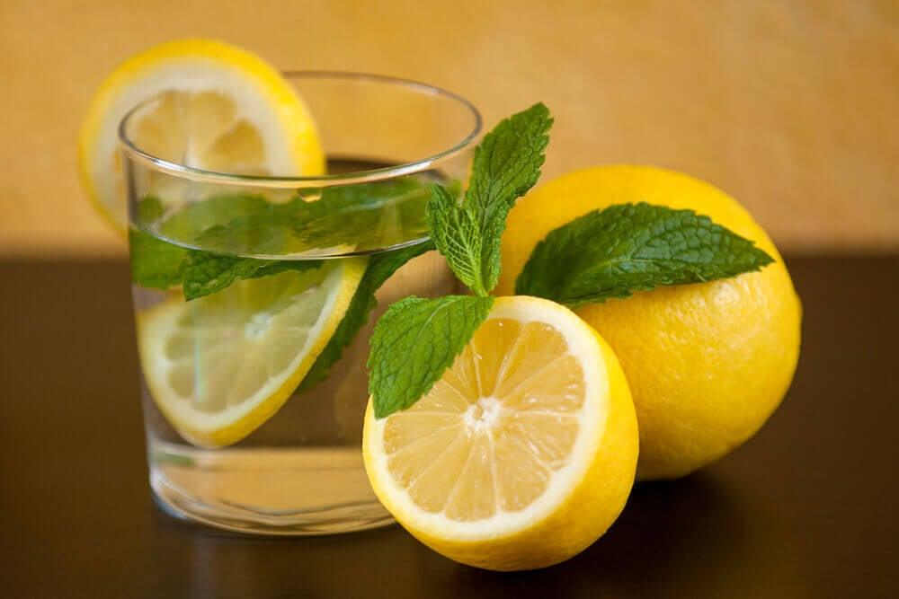 Vaso con agua de limón.