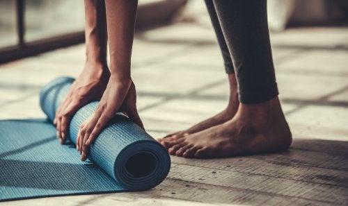 Descubre qué necesitas cuando vas a una clase de yoga
