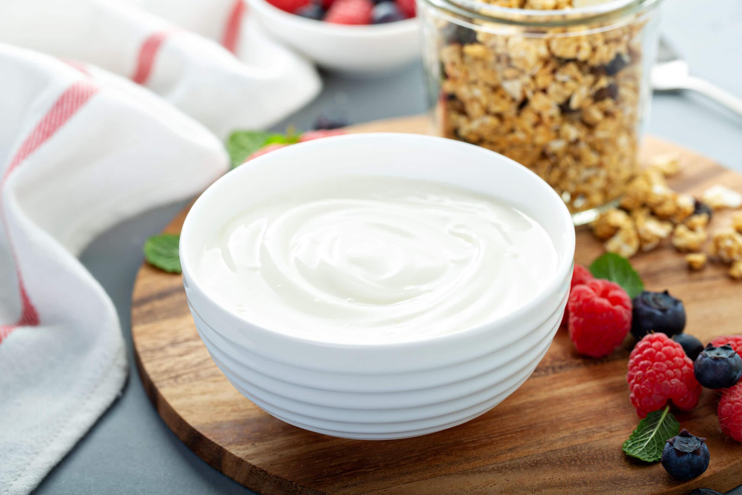 Las frambuesas pueden combinarse con yogur para hacer un delicioso postre.