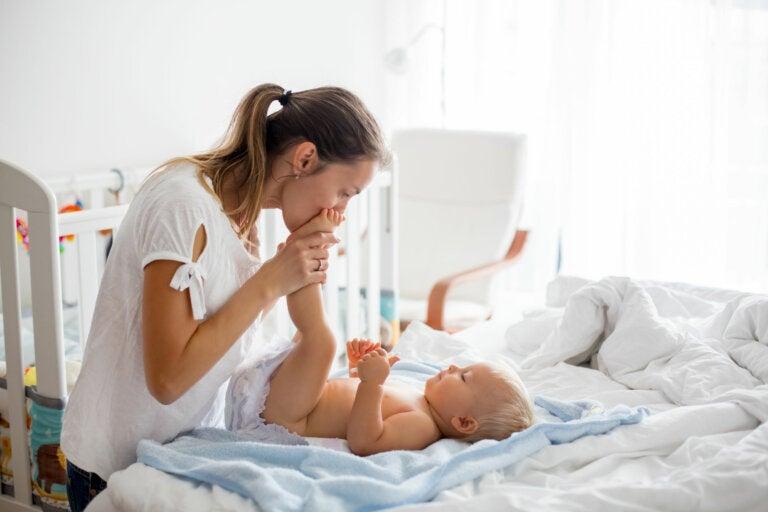 ¿Es recomendable despertar al bebé para cambiarle el pañal?