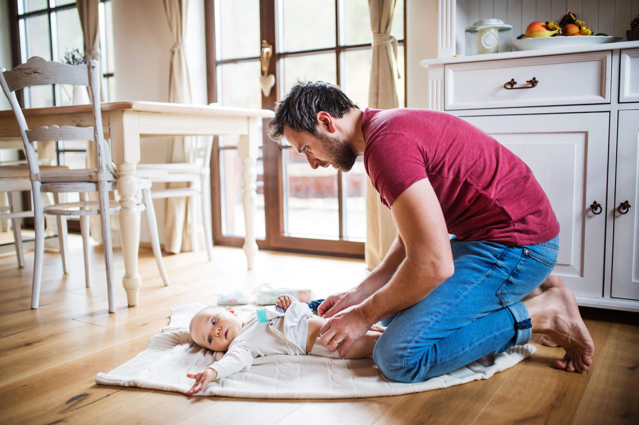 Al despertar al bebé para cambiarle el pañal puede llorar.