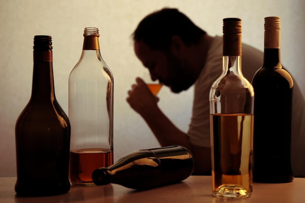 Hombre que sufre un trastorno por consumo de alcohol