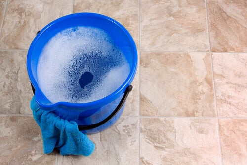 Amônia diluída em água para limpar pisos