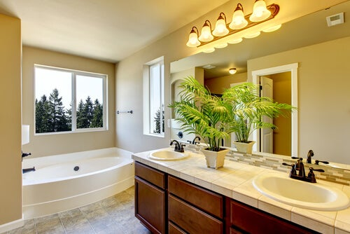 Existen diferentes ideas para modernizar el baño de la casa de manera económica y fácil.