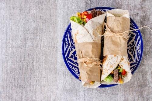 Burrito de arroz de coliflor y ensalada tailandesa