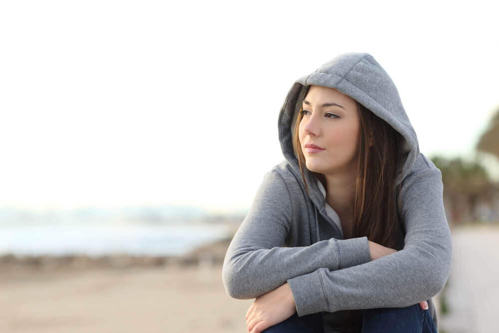 Chica pensando en los cambios de humor en la adolescencia