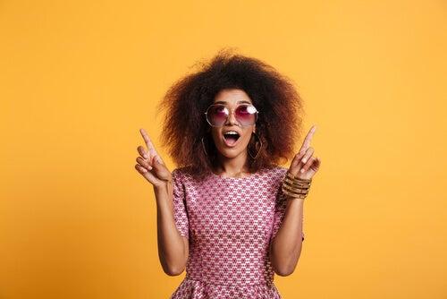 Mujer a la última moda en gafas de sol.