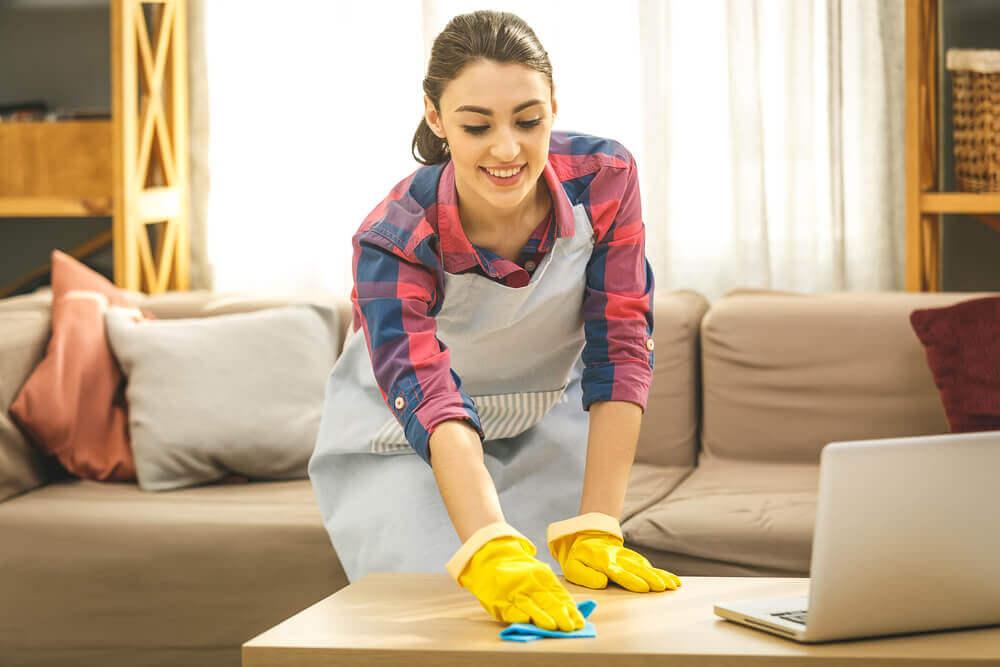 ¿Cómo limpiar las marcas de vasos en los muebles de madera?