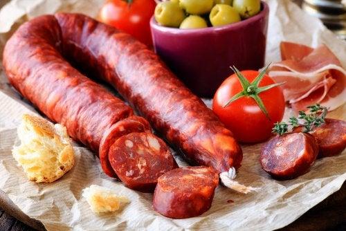 chorizo, pan, tomate y aceitunas