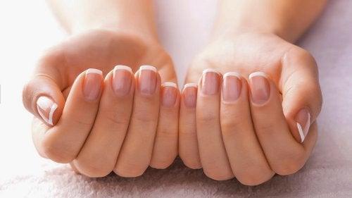 Podemos emplear remedios naturales para tener unas uñas fuertes.