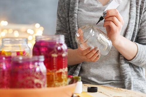 Los tarros de vidrio se pueden reciclar y realizar numerosos objetos.