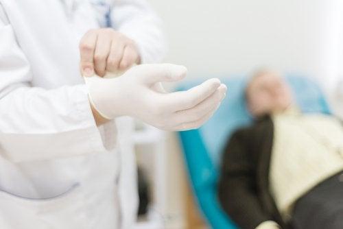 Paciente en consulta para ser explorado