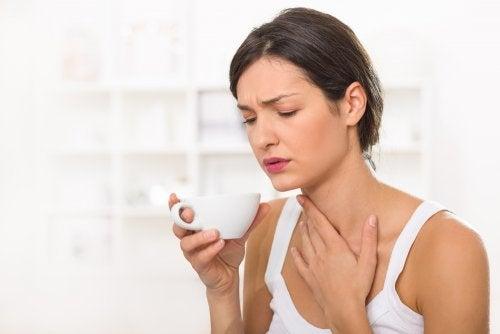 Preparado casero de cúrcuma y miel para aliviar el dolor de garganta
