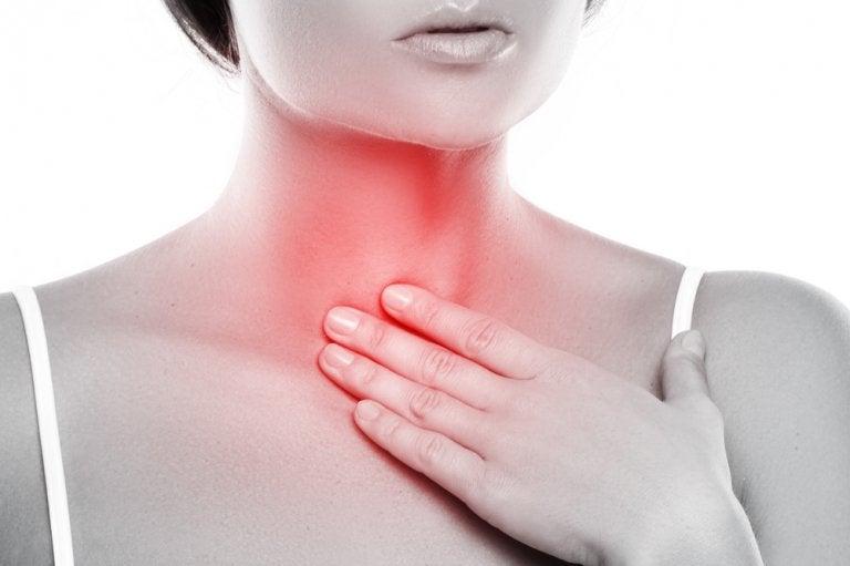 Cómo hacer un enjuague bucal para el tratamiento de la laringitis