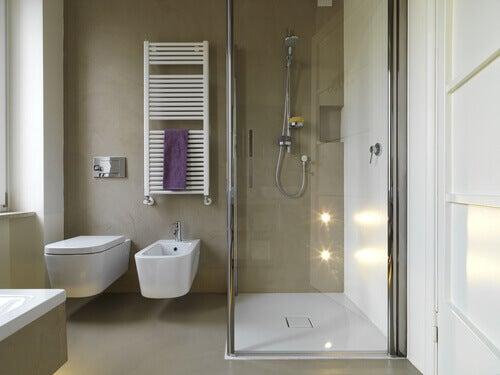 Baño cuadrado con ducha al lateral