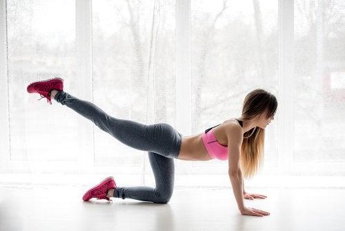 Levantamientos de piernas para fortalecer los glúteos