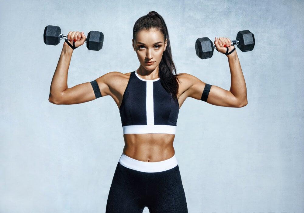 Mujer haciendo ejercicios de fortalecimiento