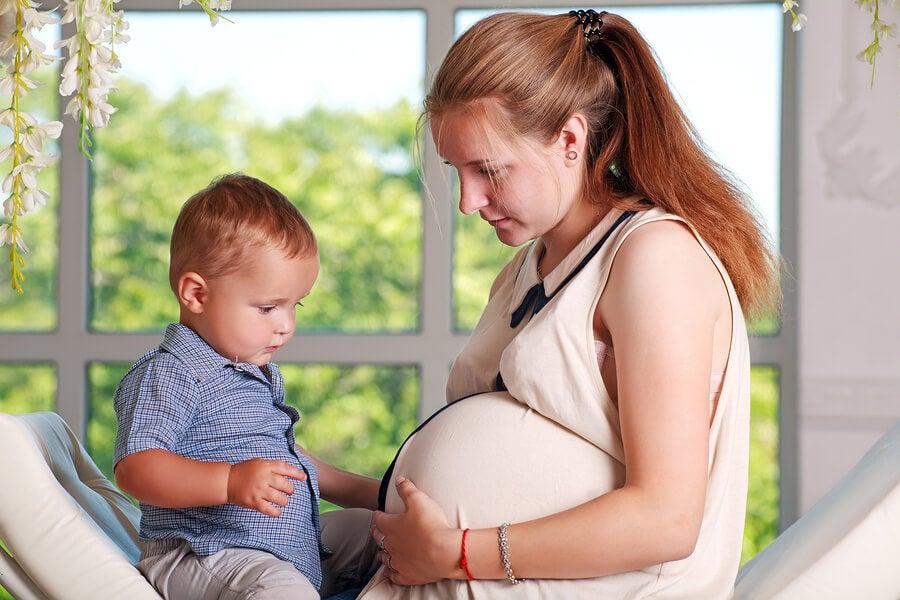 Embarazada con su hijo mayor