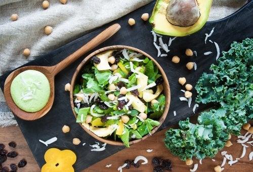 Prepara una ensalada detox con espinacas, frutas y germinados