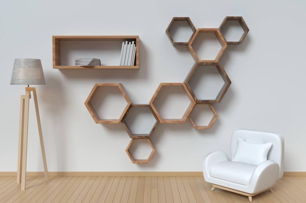 Estantería con forma de hexágono.