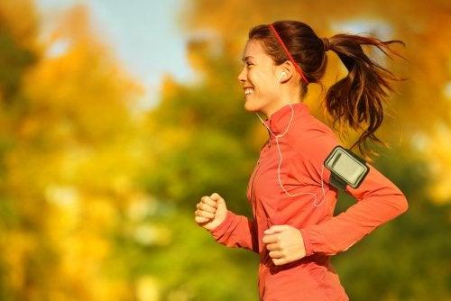 Beneficios y desventajas de correr y escuchar música