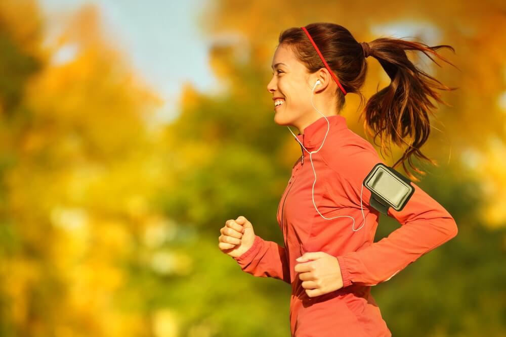 Para evitar los resfriados: mujer haciendo ejercicio físico.