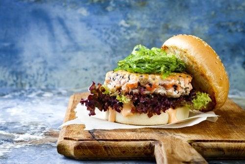 Hamburguesa de salmón y gambas: una forma saludable de consentirte