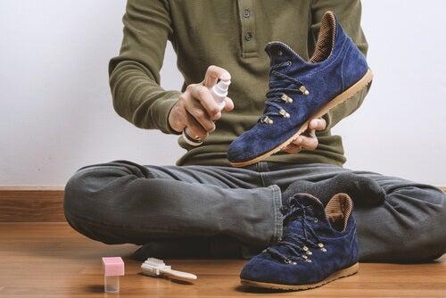 Hombre limpiando sus zapatos.