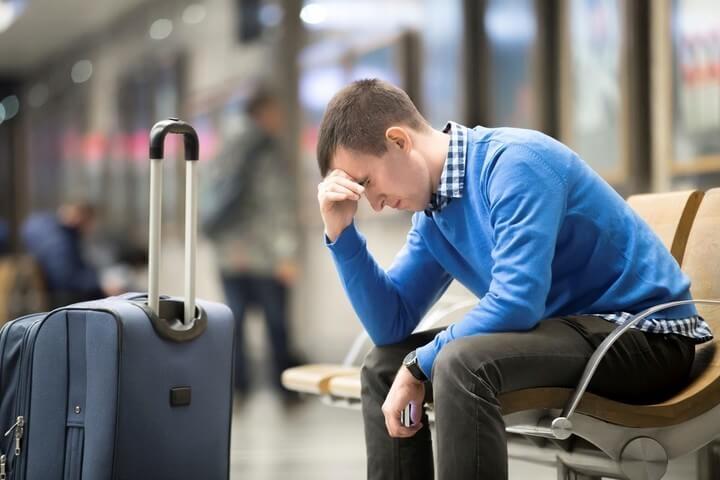 Hombre sufriendo jet lag