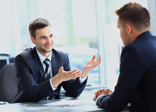 Hombres en una entrevista de trabajo.