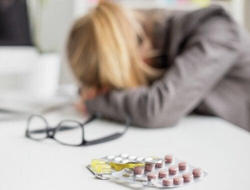 La migraña provoca fuertes dolores de cabeza.
