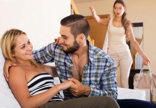 Hombre infiel pillado con su pareja