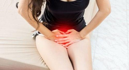 Mujer con irritación vaginal: riesgos de lubricantes caseros