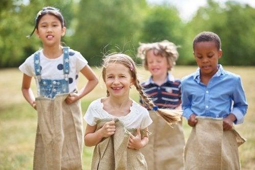 Niños jugando al aire libre con sacos