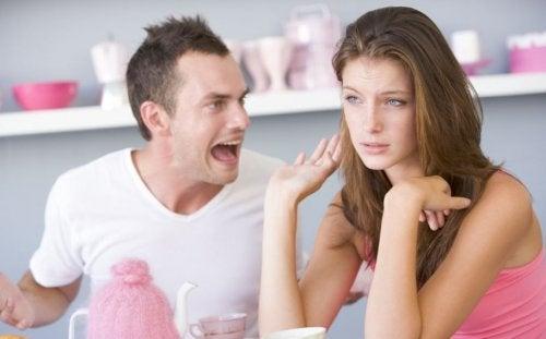 Agresión verbal en una pareja.